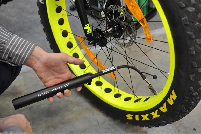 цена на Насос велосипедный электрический BERKUT Specialist VL-1000 (+ Мешки для колёс в подарок!)